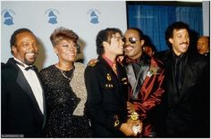 Michael Jackson and his producer Quincy Jones with Dionne Warwick, Stevie Wonder and Lionel Richie pose for photos backstage on February 25 1986 at the annual Grammy Awards at the Shrine Auditorium in Los Angeles, California. Randy Jackson, Michael Jackson, Tito Jackson, Record Of The Year, Song Of The Year, Lionel Richie, James Ingram, Dionne Warwick, Smokey Robinson