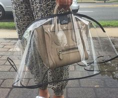 Ensure your expensive designer bag remains in perfect condition on rainy days by covering it with this handbag raincoat. This translucent raincoat features a darkened elegant border and covers the entire purse while granting access to the straps.