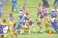 CUANDO DETONÓ LA PASIÓN EN EL CLÁSICO Dos batallas campales marcaron la década de los ochenta, que avivaron la rivalidad entre tapatíos y capitalinos. En primer juego de la temporada 1986-1987, los 22 jugadores fueron expulsados.