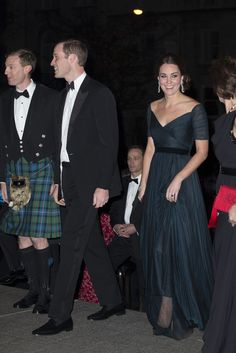 9 Dec The Duke and Duchess of Cambridge attend St. Andrews anniversary dinner at the Metropolitan Museum of Art in NYC Kate Middleton Pregnant, Kate Middleton News, Kate Middleton Style, Duchess Kate, Duke And Duchess, Duchess Of Cambridge, Princesa Real, Princesa Kate, William Kate