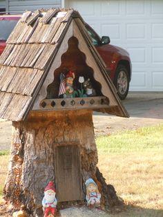 Gnome House Fairy Tree Houses, Fairy Garden Houses, Gnome Garden, Diy Garden Projects, Garden Crafts, Low Maintenance Garden Design, Hampton Garden, Mini Fairy Garden, Gnome House