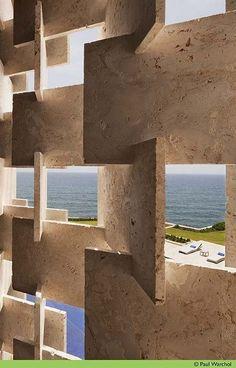 elemento vazado interessante- com mármore travertino- Casa Kimball by Rangr…