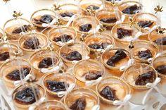 Manjar de Coco no potinho com calda de ameixa é uma sobremesa prática, leve, deliciosa e que vai agradar a todos seus familiares, amigos e clientes, custo da receita é baixo e você terá um bom lucro com essa maravilha.  http://cakepot.com.br/manjar-de-coco-no-potinho/