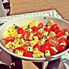 Ótimo aperitivo para o feriado:  Queijo, tomate cereja, manjericão, orégano e azeite! Fica uma delicia, vale a pena!! 😉😉😋😋 #dicadeaperitivo #blogvidadecasada