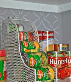 Olha que jeito criativo para organizar latas! #organização #cozinha