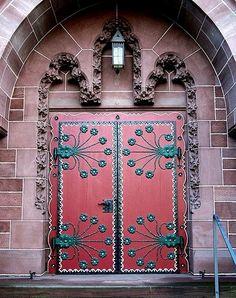 Eine der zwei gleichen Türen der Oranier Gedächtniskirche in Wiesbaden