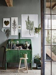 It might seem overdone, but botanical prints look even better when combined with green furniture and plants. It will work in a minimalist interior, but also in a more rustic one.