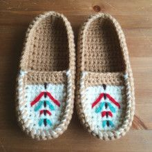 image Crochet Boots, Crochet Slippers, Knit Crochet, Crochet Accessories, Baby Booties, Moccasins, Diy And Crafts, Knitting, Booties Crochet
