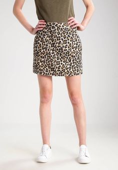 """Levi's®. POLINA - Mini skirt - crowfoot safari. Fit:regular. Outer fabric material:100% cotton. Our model's height:Our model is 70.0 """" tall and is wearing size S. Pattern:animal print. Details:zip fastening,deep pockets. Length:cropped. Total le..."""