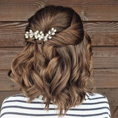 Doing simple buns or ordinary ponies every day as a casual updo is boring. Do you want to spice up your everyday hairstyles? Here are 20 cute updos that are awesome for school, a party or just for play. Short Hair Updo, Short Wedding Hair, Wedding Updo, Messy Hairstyles, Short Hair Styles, Gorgeous Hairstyles, Prom Updo, Micro Braids, Long Braids
