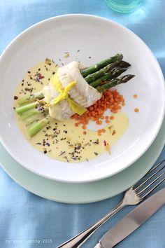 Typisch für... den Frühling... grüner Spargel im Seelachsmantel auf einem rote Linsen Bett, mit einer leichten Sauce Hollandaise Variante...