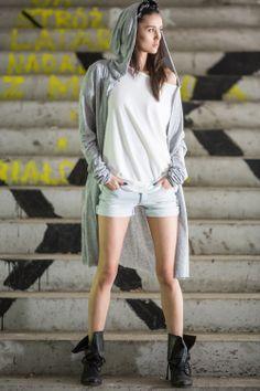 Bawełniany sweter w odcieniu jasnej szarości idealnie sprawdzi się na letnie wieczory. Na co dzień, na imprezę - w każdym wydaniu nada punk'owego charakteru stylizacji. Długie rękawy, duży, podwójny kaptur i kieszenie dodają całemu projektowi luzu. Świetny do krótkich szortów, sukienki jak i jeansów.