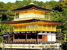 京都 金閣寺。屋根は檜皮葺き。