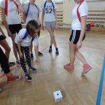 Nauczycielka WFu z SP 11 we Włocławku połączyła zajęcia ruchowe z grą planszową! Był berek, gra w ringo, badmintona i wiele innych.