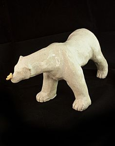 Sculpture ours polaire en céramique avec un papillon sur le museau. Par Cendrine Dugardin, Atelier Sababou. #ourspolaire #scultpture #ceramics #madeinfrance