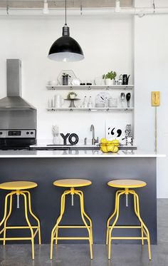 A black and white kitchen with a surprise pop of color. This open shelf style kitchen allows you easy access to storage items, and lets you display beautiful pieces of art and precious objects.