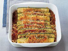 Pancettalı Fırında Kabak  Fırını 375 dereceye ısıtın. Geniş bir tavada zeytinyağını kızdırıp içine soğanları atın. Ara ara karıştırarak ortalama 8 dakika, yumuşayıncaya kadar pişirin. Ateşten alıp geniş bir pişirme tabağının tabanına soğanları serin. Rondoda ekmek, peynir ve biberiyeyi karıştırın. Ekmekler ve karışım tamamen karışıncaya kadar devam edin. Pişirme tabağındaki…