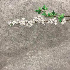 꽃 한가지  툭 올려 놓고  잠깐 휴식  #야생화자수   #조팝꽃