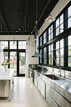 Industrial style design is hot. With loft style apartments super popular over the last 20 years, the industrial style has extended to detached homes and carved a distinct style on its own. Check out these cool industrial style kitchen design ideas. Deco Design, Design Case, Küchen Design, House Design, Design Ideas, Loft Design, Design Inspiration, Modern Design, Wall Design