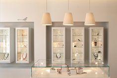 A vitrine deve ser tratada como uma joia, que é fonte vendas e comunicação direta do lojista com o consumidor. Principalmente se for de uma Joalheria. este painel é uma seleção das imagens de vitrine e Joalherias que selecionamos para inspirar você. www.consultoriodovarejo.com.br #viytrine #varejo #cursovarejo #cursovitrinismo @vitrinejoalheria