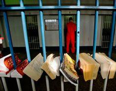 Dans le cadre d'une optimisation de l'efficacité des méthodes de réinsertion, la justice du Royaume-Uni interdit désormais l'envoi de livres et de magazines aux prisonniers. Objectif : lutter contre l'introduction de drogues et d'armes en cellule. Les intellectuels britanniques s'insurgent.