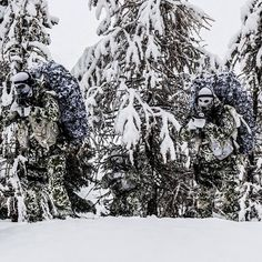"""""Blending In"" French special forces unit 13th Parachute Dragoon Regiment during arctic warfare training. @militarybadassery #BulletsBikesCars"" Military Special Forces, Military Police, Military Gear, Military Photos, Snipers, Sniper Gear, Tactical Gear, Ghillie Suit, Special Ops"