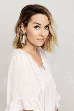 The official site of Lauren Conrad is a VIP Pass. Here you will get insider knowledge on the latest beauty and fashion trends from Lauren Conrad. Prom Hairstyles For Short Hair, Haircuts For Curly Hair, Short Hair Updo, Trending Hairstyles, Hairstyles Haircuts, Curly Hair Styles, Natural Hair Styles, Outfits For Short Hair, How To Style Short Hair