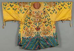 Un manteau en soie jaune brodé de motifs floraux, Chine Grande qualité de soie. A 19th century yellow silk coat with metallic threads and silk, China XIX e siècle 122 x 183 cm