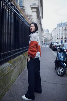 Street style of Chinese model Liu Wen Asian Street Style, Tokyo Street Style, Japanese Street Fashion, Street Style Summer, Street Style Women, London Street, Fashion Week Paris, Chinese Model, Chinese Style