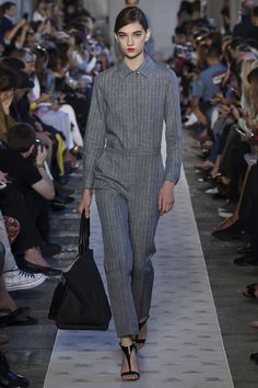 The complete Max Mara Spring 2018 Ready-to-Wear fashion show now on Vogue Runway. Max Mara, Look Casual, Casual Chic, Vogue Paris, Fashion 2018, Fashion Outfits, Fashion Trends, Unisex Looks, Fashion Show Collection