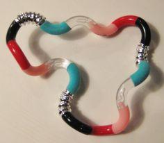 Tangle EnZo > Fuzzie (fluweelachtig) lichtblauw, lichtgevend roze, zwart en rood glad Classic, zilver metallic textured.