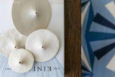 detalhe de peças de cerâmica feitas à mão usadas na decoração de um apartamento lindo - matéria em parceria com a https://boobam.com.br/