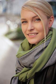 Schal aus feinstem Loden aus 100% Merinowolle. Das Schultertuch besticht durch ein angenehmes Tragegefühl. Das Dreieckstuch ist personalisierbar durch ein individuelles Monogramm und somit ein perfektes Geschenk. Passend zum modernen Outfit und zu Dirndl und Tracht.----- Shawl made from finest loden from 100% merinowool.  Scarf, shoulder scarf. Suitable to modern outfits and traditional clothes like dirndl. Perfect personalised Gift. #scarf #austriandesign #merinowool Moderne Outfits, Winter Outfits, Casual Outfits, Gift Ideas, Fall, Fashion, Special Gift For Boyfriend, Confident Woman, Dyeing Yarn