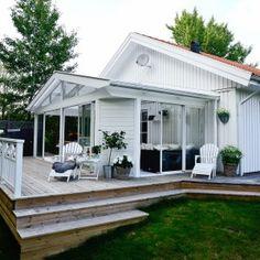 Tak till uterum - med sadeltak Willab Garden - Kolla lilla väggen för känsla Mobile Home Porch, Summer Crafts, Balcony, Pergola, Easy Diy, Villa, Jacuzzi, Yard, Construction