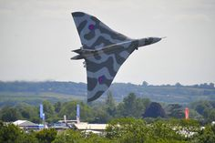 Vulcan to the Sky Trust's Avro Vulcan at Royal International Air Tattoo Fairford, A little further into the climb, taken from outside the showground by Craig Norwood Military Helicopter, Military Jets, Military Aircraft, Air Force Aircraft, Fighter Aircraft, Fighter Jets, Vickers Valiant, V Force, Air Tattoo