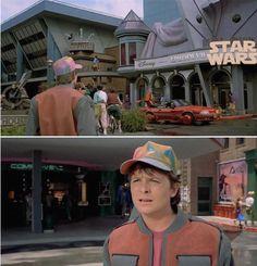 Marty vio que se proyectaba el episodio VII de Star Wars en el Hill Valley Holomax en 2015