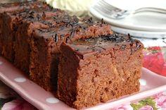 Vynikající šťavnatý koláč plný čokolády a jablek.