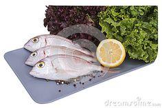 Луциан моря на плите с лимоном и салатом