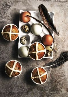 Hot Cross Bun Capcakes - Easter Cupcakes cupcakes cross These Succulent Cupcakes Will Seriously Impress Your Easter Guests Spring Cupcakes, Easter Cupcakes, 12 Cupcakes, Spring Recipes, Easter Recipes, Brunch Recipes, Sweet Recipes, Yummy Recipes, Cupcake Recipes