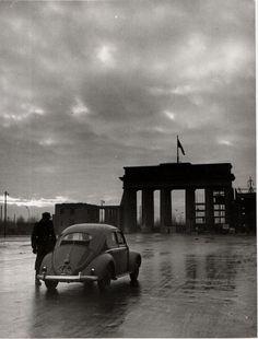 Fahrzeugkontrolle am Brandenburger Tor Berlin 1957
