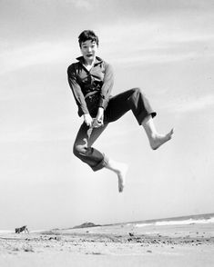 1957. Shirley MacLaine jumps for Philippe Halsman.