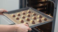 Die Kekse können nun in den Ofen. Sie müssen für 12 Min. backen. Am besten werden sie, wenn du das Blech in der Mitte des Ofens platzierst. Griddle Pan, Sheet Pan, Biscotti, Bakery, Food And Drink, Cookies, Advent, Muffins, Cool Desserts