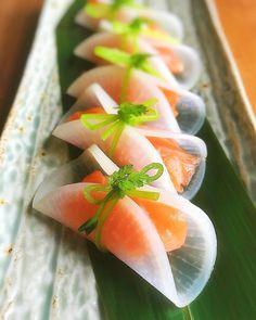 Marinade of salmon with Japanese radish🌿 お味は、ほぼサーモンマリネ^ ^ #前菜 #とりあえず野菜食 #野菜を見ると何かしたくなるビョーキ (よかったらこのタグ使ってください。えっ?要らない?笑) . みなさま、どうぞ良い週末を〜 . #ちなみ寿司 #野菜を見ると何かしたくなるビョーキ Creative Food, Sushi Art, Wedding Appetizers, Food Plating, Food Decoration, Sashimi, Black Tie, Appetisers, Food Presentation