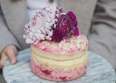 Naked Cake Strawberry with Flowers by Mein Herzwerk @Naschwerk #backebackekuchen #nakedcake #flowers #pink