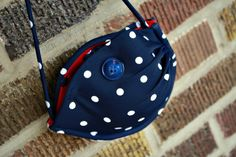 Am gonna try this! DIY No Sew Bra Purse Tutorial Diy Bags Purses, Diy Purse, Halloween Candy Crafts, Old Bras, Backpack Decoration, Diy Bra, Purse Tutorial, Handmade Purses, Couture