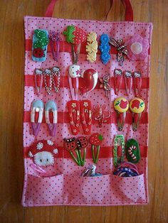 love the pockets at the bottom - DIY hair clip organizer. Great way to display and keep all the girls hair clips together. Sewing For Kids, Diy For Kids, Crafts For Kids, Diy Hair Clips Organizer, Diy Hair Clips Holder, Bow Holders, Sewing Crafts, Sewing Projects, Hair Accessories Holder