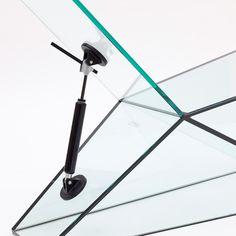 Man Machine es una colección de mobiliario de vidrio que fue desarrollada por el renombrado diseñador Konstantin Grcic para la Galería Kreo en París. Este no es el primer proyecto que desarrolla para esta galería. Anteriormente diseñó la serie de mesas Champions usando coloridos gráficos como los que utilizan los carros de carreras.