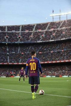 tito per sempre eterno — Lionel Messi of FC Barcelona looks on during. Club Football, Neymar Football, Messi Soccer, Best Football Players, Solo Soccer, Soccer Tips, Nike Soccer, Soccer Cleats, Messi Neymar