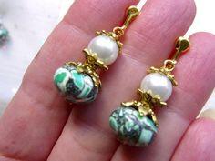 Ausgefallene und leichte Ohrringe für die Freunde der frischen Sommerfarben kombiniert zur Farbe gold ohne durchstochene Ohrläppchen.   Dank der Schra