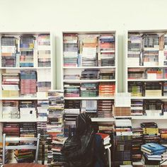 Kami suka shopping buku sebab ia adalah salah satu aktiviti 'stress- relievers' kami :)   Huhu...siapa suka shopping buku macam kami?  Sebuah kedai buku/bookstore kecil di Malaysia.